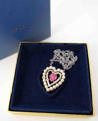 【戴大花2】經典【Avon】1974年『Dear Heart』珍珠萊茵包覆 粉紅愛心 古董項鍊  含盒 #C83-1