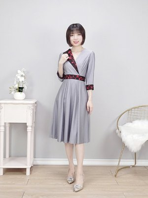 現+預 夏女裝 日式洋裝 七分袖V領後拉鏈繡花緹花連衣裙舒適涼感洋裝