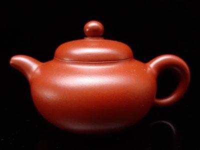 名家手拉精美朱泥茶壺,潮州手拉壺大師謝華之子,謝思博手拉圓緣壺,約120cc。 明德園  朱泥,品質絕佳保證。
