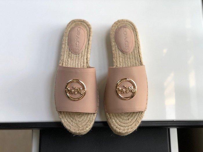 【小黛西歐美代購】COACH 寇馳 2020新款 粉色拖鞋 五金屬馬車LOGO 休閒鞋 時尚精品 美國連線代購