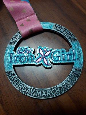 2018年3月17日星期六台灣台東女鐵競賽金屬紀念章,直徑約8公分,鑄文英翻中大意:每位女孩都有一顆鐵心