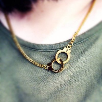 千禧禧居~潮牌PUT DOWN信仰凹刻字母古銀復古玫瑰金襯衫手銬情侶款鈦鋼項鏈