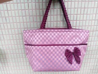 淑女手提水餃包經濟價 大方棗紅,桃紫色交織銀光 適合重要場合穿搭。防水尼龍材質 有型 矩陣花紋 提把馬尾編織 @手腕