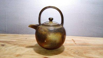 (店舖不續租清倉大拍賣)簡銘炤先生--柴燒三足提樑壺,原價35000元特價17500元