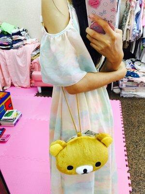 奇花園日本San-X懶懶熊拉拉熊玩偶造型包包也可放手機可掛脖子可斜背 大人小孩都可以背