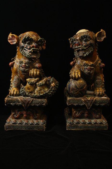 悅年堂 --- 清代 瓷雕加彩 戲獅一對