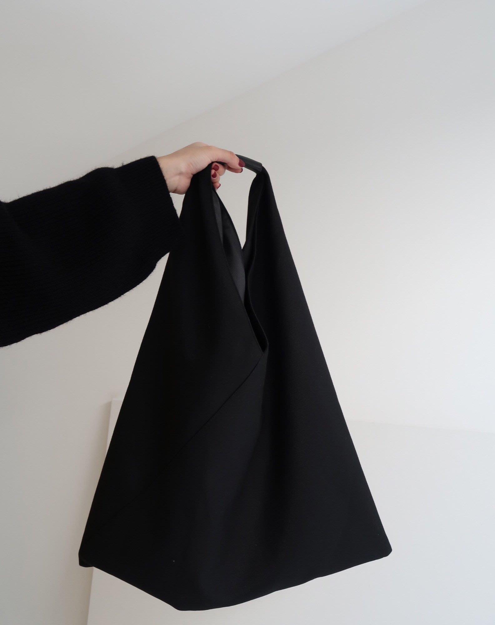 SEYES  基本款時髦百搭一體成型暗黑單肩包