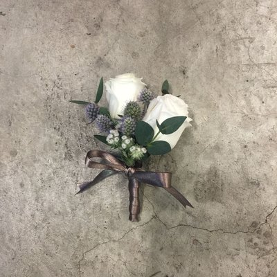 H81。白桔梗胸花。招待胸花。新郎胸花。台北西門花店。【Flower&House花藝之家】