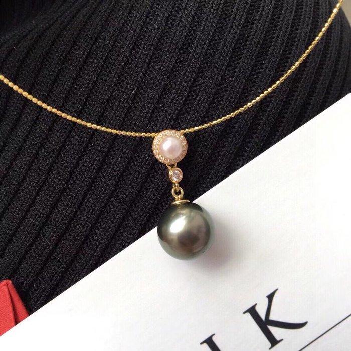 (輕舞飛揚)優雅雙珠吊墜~純18K金鑽石,扣頭~,正圓天然大溪地海水黑珍珠,11-11.5完美孔雀綠➕4-5馬科亞海水珍珠!顏色很漂亮的珠珠