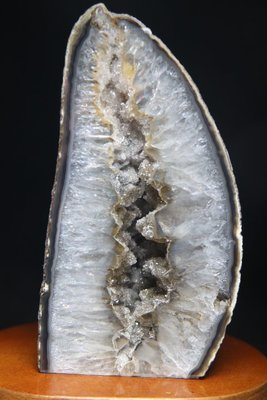 一天然水晶洞一高13.9寬7.6厚5.3公分重896公克.