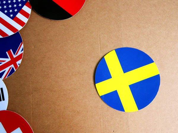 【衝浪小胖】瑞典國旗圓形登機箱貼紙/抗UV防水/Sweden/世界多國款可客製