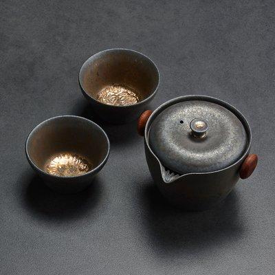 傳藝工坊 - 『鎏金灰念 祥和旅行組』手工茶具 鐵鏽釉 鐵金 隨身壺 手抓壺 一壺二杯 外出茶具 紫砂 柴燒 可參考