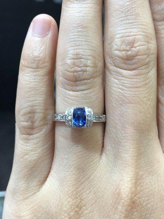 83分天然藍寶石鑽石戒指,寶石火光漂亮,顏色海水藍超透超美,鑽石白亮,經典造型設計款式,超值優惠28800,出清精選商品只有一個