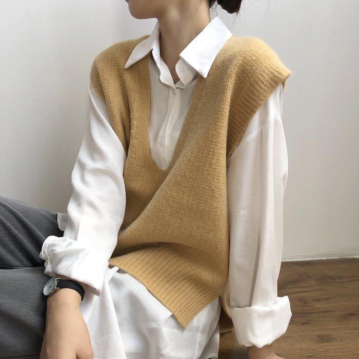新品首發優惠至12/5 外搭寬鬆無袖馬甲 寬鬆V領前短後長針織衫背心 艾爾莎【TAE8616】