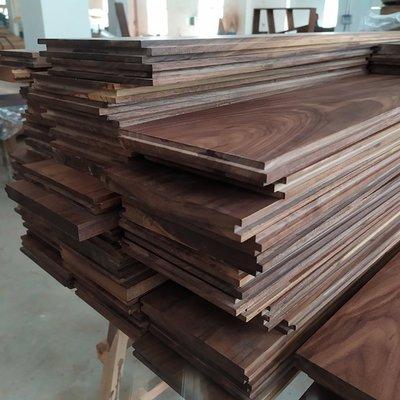 現貨~黑胡桃木料實木板材定制原木木方擱板置物架臺面板樓梯踏步板隔斷