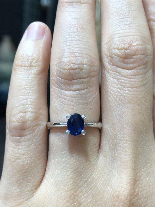81分天然藍寶石鑽石戒指,寶石火光漂亮,鑽石白亮,經典造型設計款式,超值優惠價12800,精選商品只有一個