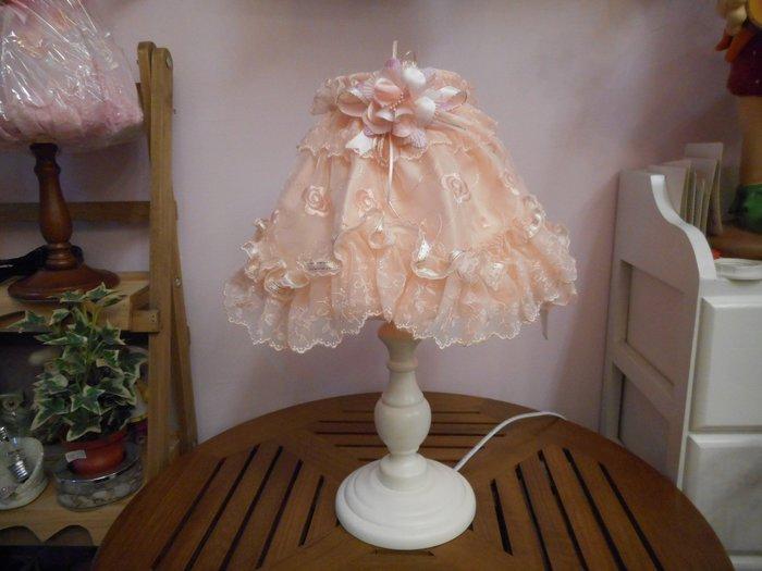 ~~凡爾賽生活精品~~全新白色木製珊瑚心玫瑰蕾絲刺繡造型桌燈.檯燈~燈光可以微調