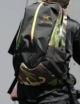 始祖鳥 ARC'TERYX x BEAMS  ARRO 22 聯名款拼接迷彩後背包 Q71990_11。太陽選物社