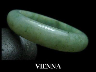 《A貨翡翠》【VIENNA】《手圍17.1/13mm版寬》緬甸玉/冰種嬌豔葉綠/玉鐲/手鐲G-029