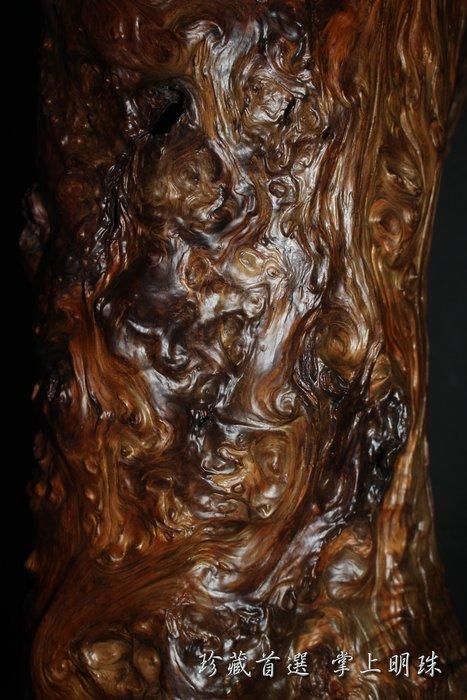 台灣肖楠罕見硬骨紅黑格刺釘瘤帶鳳尾 (早期藏級倒格老件 極致重油 頂級天雕藝術樹瘤擺件)