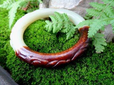【我的祕密花園】.....老老的和闐白玉圓骨玉鐲....給人一種..穩定心靈的意念...19.2圍