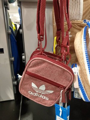 [檬檬store] 新色 adidas側背小包 護照包 手機包 方便旅行放證件 暗紅D98926 [現貨]