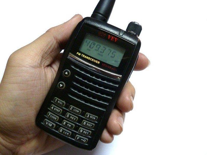 ☆寶藏點☆威而威 VEV-V8 Plus 單頻 手持 對講機 FM收音機/防止同頻干擾/群呼 功能正常 jj160