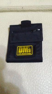 DM,S   DR.MARTENS 14X12CM黑短夾(花上掛30)
