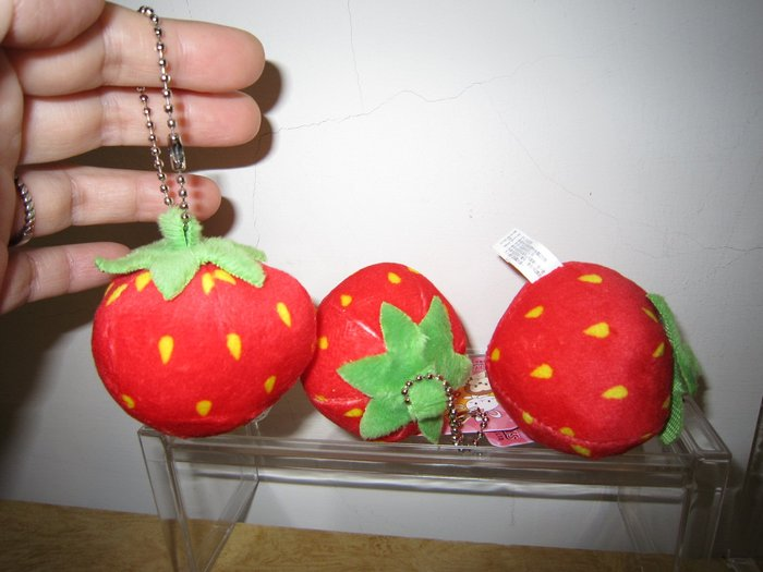 ///可愛娃娃///~2.5吋單顆草莓珠鍊吊飾~小草莓絨毛吊飾---約7公分