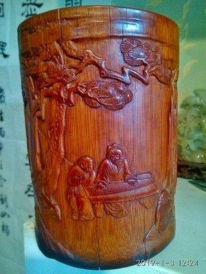 【竹雕館】淺談玉石竹雕~~特價品~~清  淺浮雕筆筒 松下撫琴 主題鮮明配上簡單的襯景是淺浮雕和薄地陽文的特色