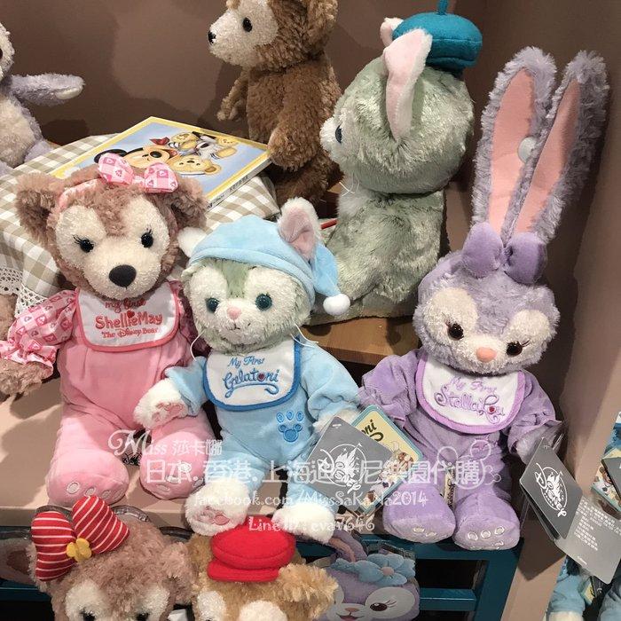 Miss莎卡娜代購【上海迪士尼樂園】﹝預購﹞達菲熊好朋友 雪莉梅 畫家貓 芭蕾兔 寶寶圍兜嬰兒裝扮 絨毛娃娃SS號玩偶