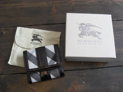 【HILL HOUSE   女性精品】Burberry 黑灰格短夾,Made in China