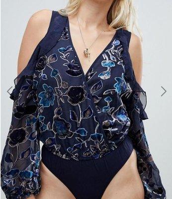 美國 Feminine+Free-spirit加州優雅自由自在自信美品牌 深藍灰立體花卉印花露肩荷葉邊透膚長袖連底褲上衣