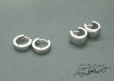 *。漾漾小舖*。時尚型男銀色鋼圓弧柔順易扣針式耳環【A2445】☆不易過敏