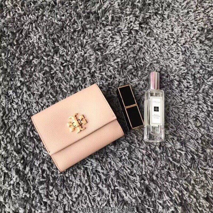 Melia 米莉亞代購 2018年 Tory Burch 托里伯奇 專櫃新款 鎖扣短夾 手掌紋牛皮 錢包 女士皮夾 粉色
