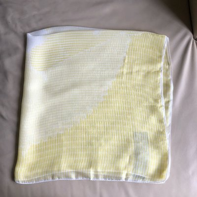 [熊熊之家3]保證全新正品 Gucci 黃白色  100% SILK  絲巾 披肩  圍巾