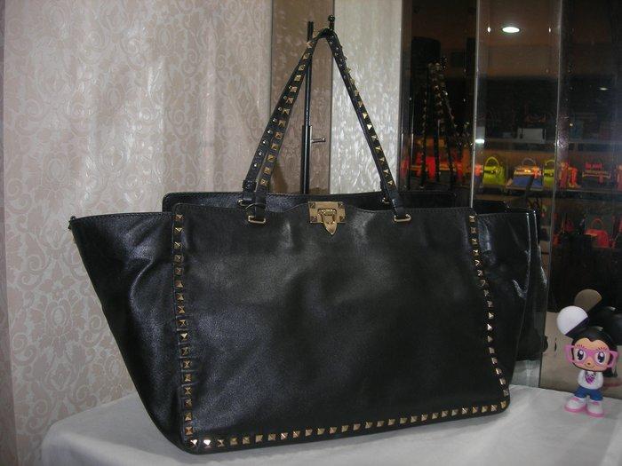 典精品名店 Valentino 真品 黑色 搖滾 鉚釘 水餃包 手提包 肩背包  現貨