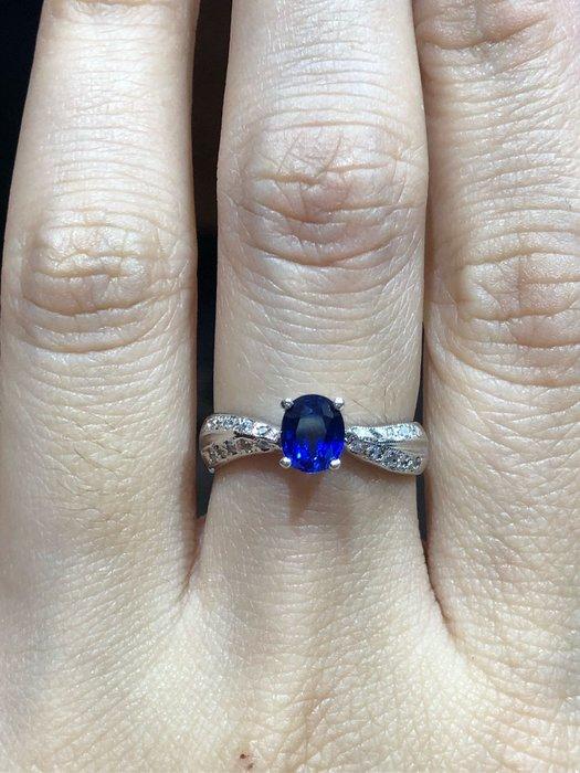 藍寶石K金戒指,媲美天然藍寶石,珠寶等級鑲工製作,搭配白K金高等級鋯石,經典優雅戒台,超值優惠價3980