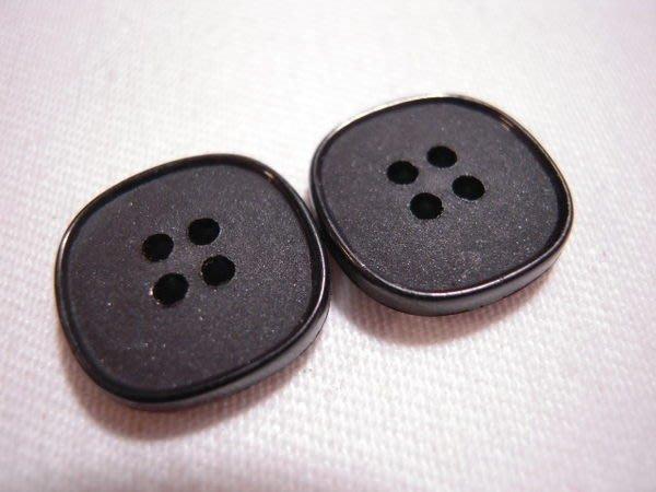 ※布箱子※ 縫紉拼布手作配件~扣子.鈕扣.釦子(DT236)~四孔~19*19mm~剩最後12個
