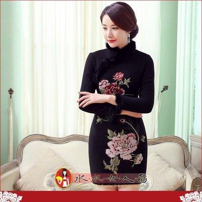 【水水女人國】~現貨L一件,搶購中 只要900元  秀牡丹(黑)。中國風情奢華毛毛領厚毛呢時尚氣質長袖短旗袍