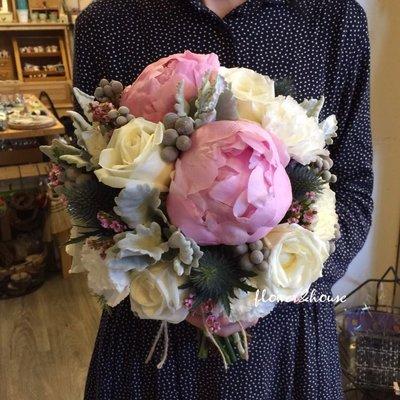 【Flower&House花藝之家】F57。季節限定。白粉色系。牡丹捧花。新娘捧花。拍照手綁花。台北自取