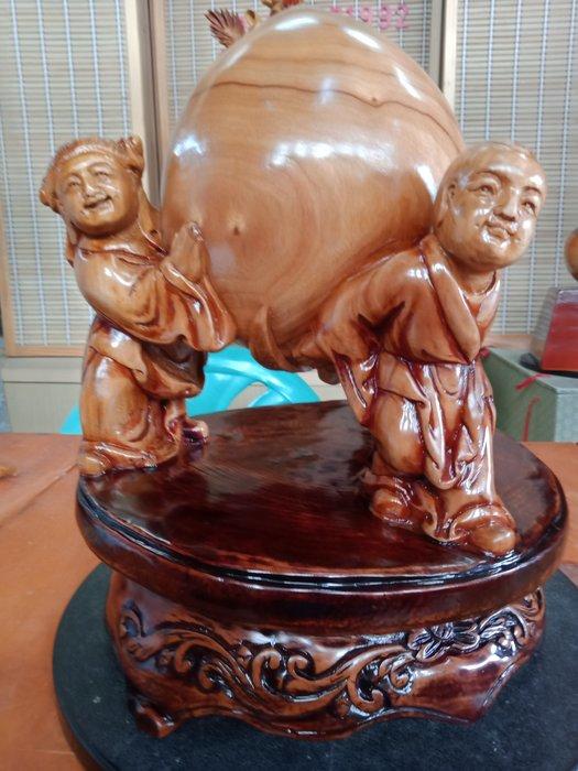童子送壽桃  樟木雕刻 作者:柯金坤