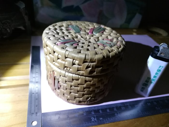 銘馨易拍重生網 109CA002 早期 圓形手工巧色草編織蓋盒 擺飾 老收藏 保存如圖(老使用污痕等)