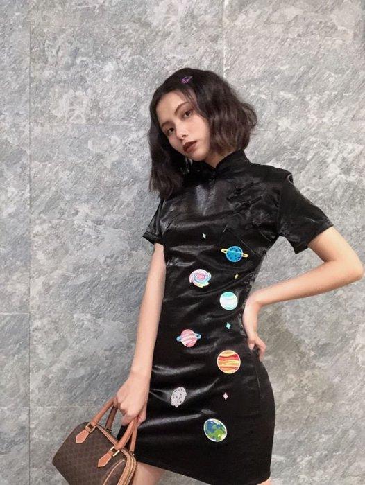 【鳳眼夫人】原創設計訂製款 昨夜星辰 個性絲光緞面星球黑色短旗袍 復古改良日常旗袍連身裙 暗黑系修身顯瘦性感短袖個性旗袍