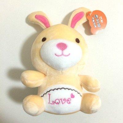 米黃色電繡Love兔子 兔寶寶 高20公分 吊飾掛飾絨毛玩偶娃娃 嬰兒baby床娃娃擺飾 生日情人節聖誕