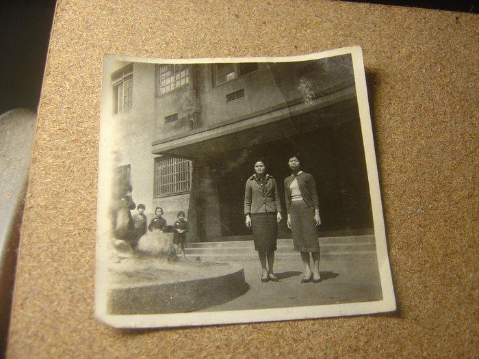 二手_早期60年代黑白老照片噴水池二女人,背景老式門窗建築物_免郵