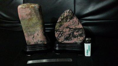 銘馨易拍重生網 S102 早期 風景、山峰柱形、桃形美景美麗雅石、玫瑰石、木製底座 二個一標 保存如圖優美 降價讓藏