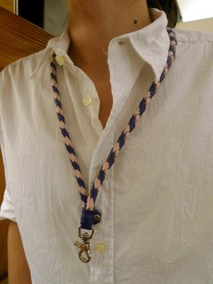 (KH手工皮件台中)編織頸掛帶前為勾環...