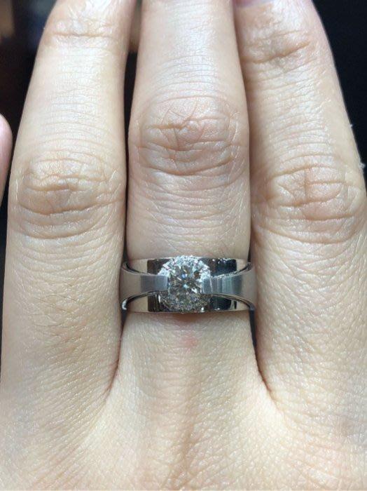 總重59分天然鑽石戒指,主鑽43分,鑽石白火光閃亮,中性款式,適合男女配戴,超值優惠價39800,主鑽放大一克拉效果
