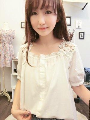 轉賣 正韓 Twinkle 花朵蕾絲肩拼接棉麻衫 布蕾絲 荷葉 簍空 棉麻上衣 棉麻襯衫 (韓妮,可樂果)現貨白色一件